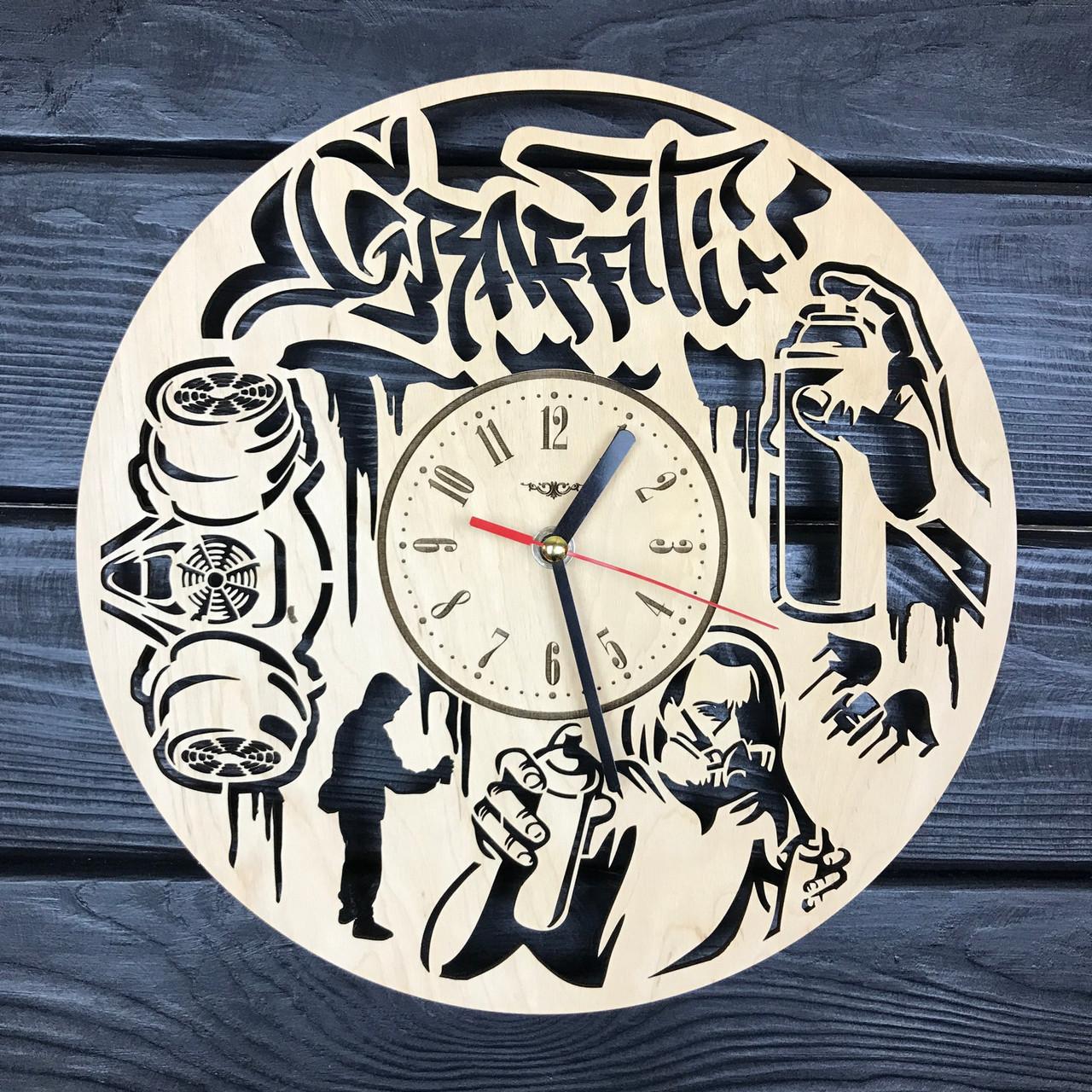 Оригинальные настенные часы из дерева «Граффити»