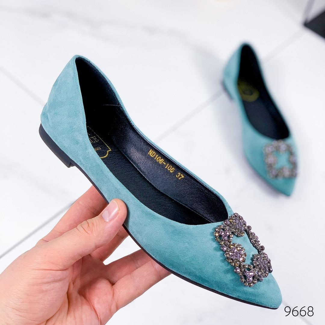 Женские туфли балетки  замшевые с острым носом на низком ходу с брошью голубые