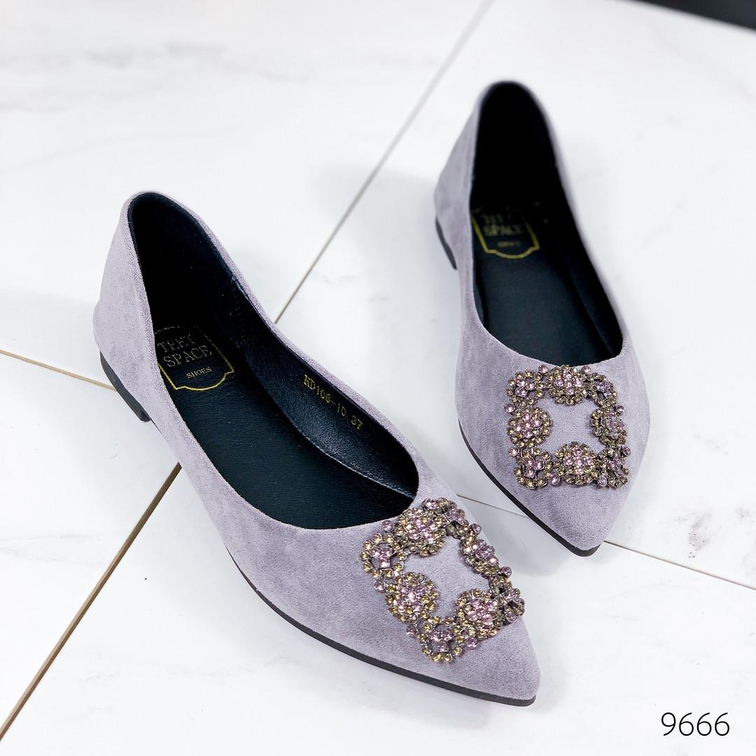 Женские туфли балетки  замшевые с острым носом на низком ходу с брошью серые