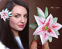 """Заколка для волос с цветком ручной работы """"Розовая лилия с бутонами""""."""