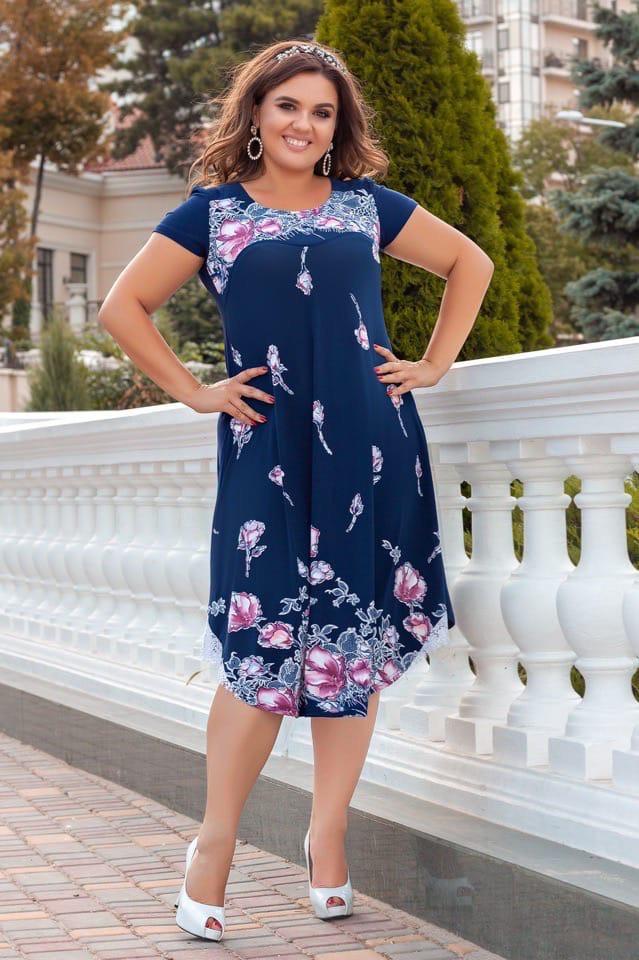 Женственное платье с красочным цветочным принтом и оголенными плечами