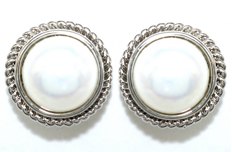 Серьги гвоздики. Камни: жемчуг. Оправа: цвет серебра. Диаметр серьги: 1.8 см.