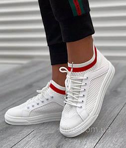 Стильные белые кроссовки на шнурках