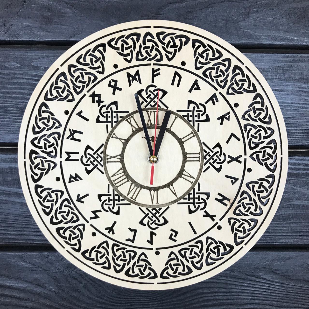 Оригинальные настенные часы из дерева «Руны»