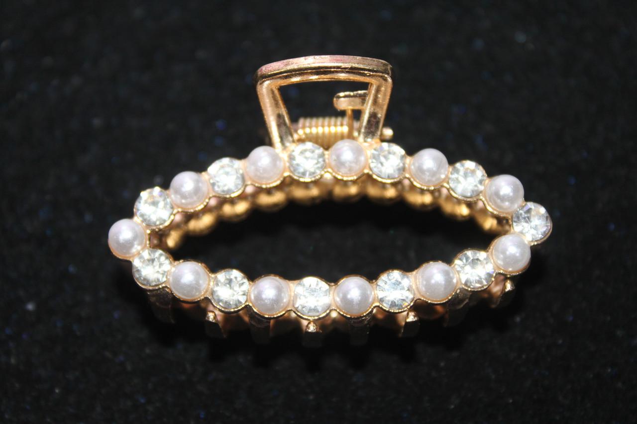 Привлекательная заколка краб металлический украшен камнями и жемчужинами 5.5 см золотистый