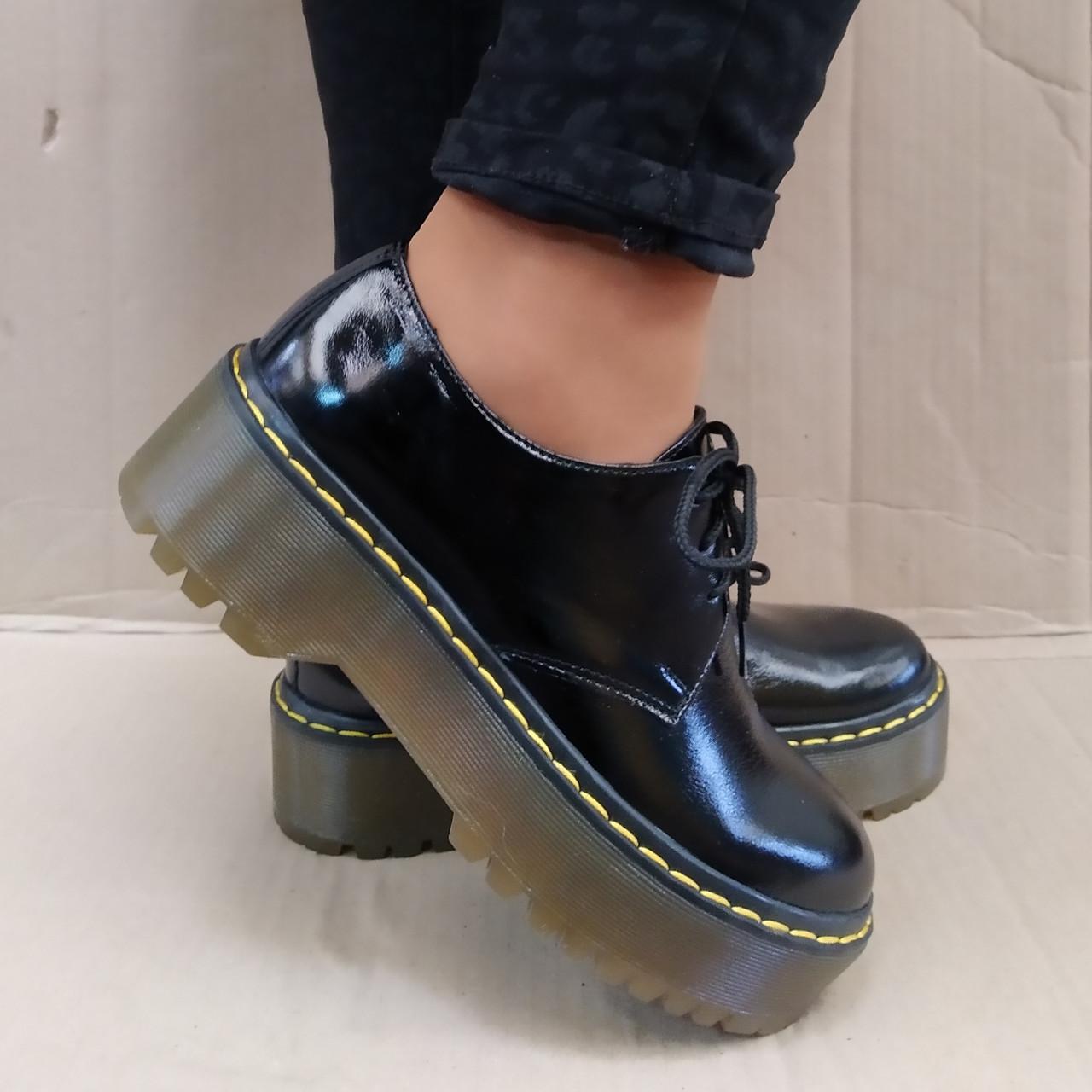 Туфли женские на массивной подошве и шнурках кожаные черные