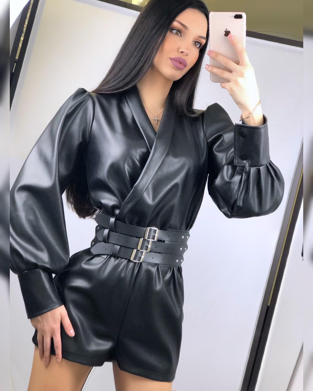 Кожаный женский комбинезон с шортами и верхом на запах 2010522