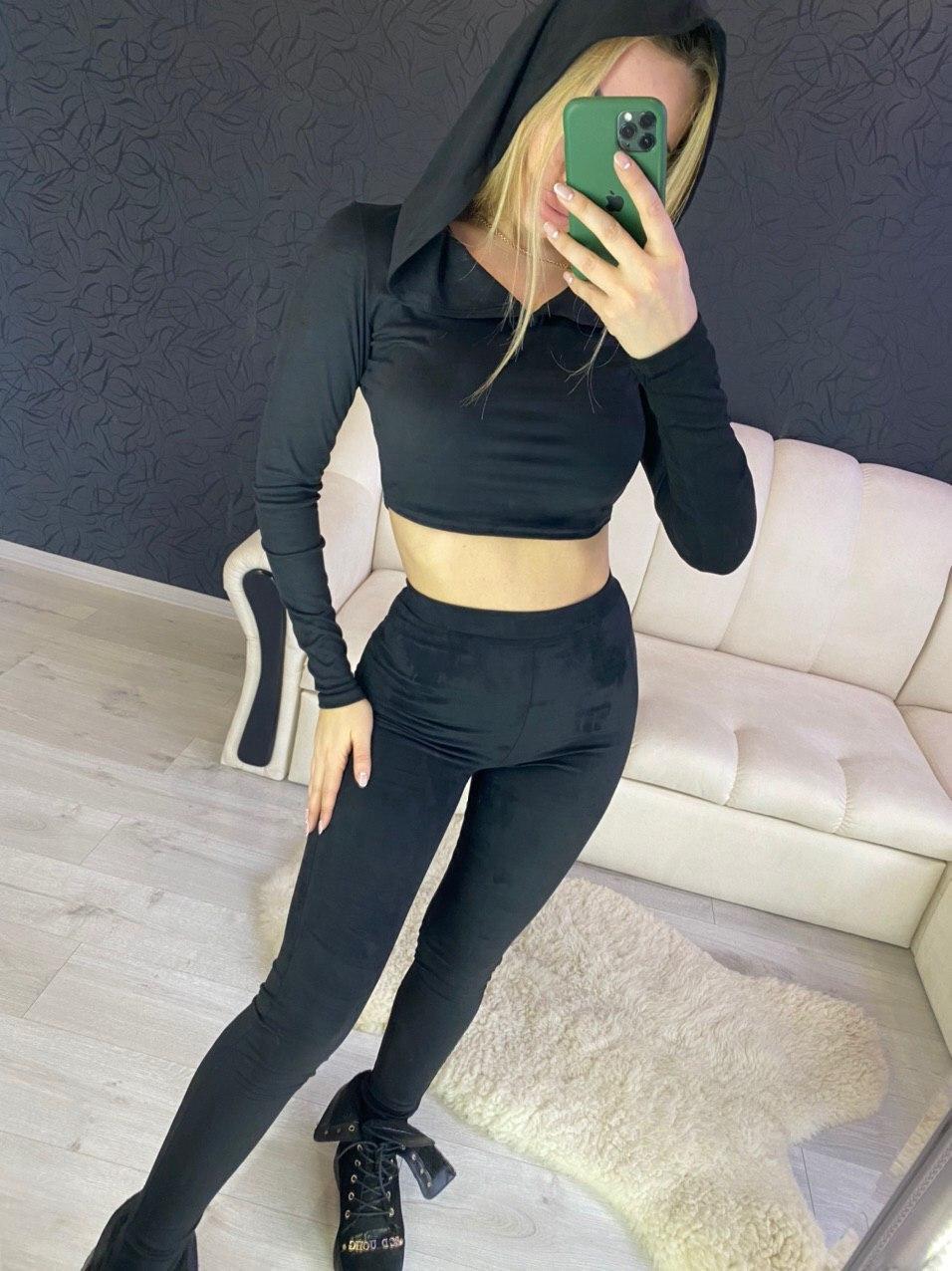 Замшевый черный брючный костюм с топом с капюшоном 2210525