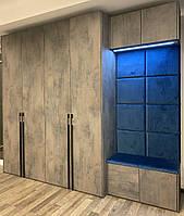 Шкаф в современном стиле в прихожую с мягкой стенанелью и сидушкой