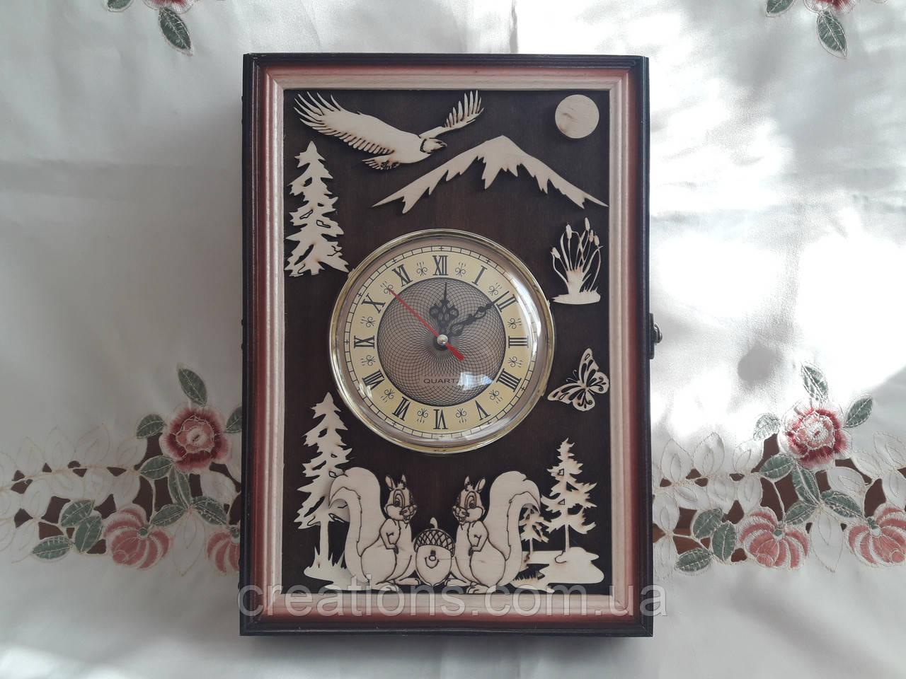 Настенные часы-ключница из дерева на 14 ключей с настенным крепежем