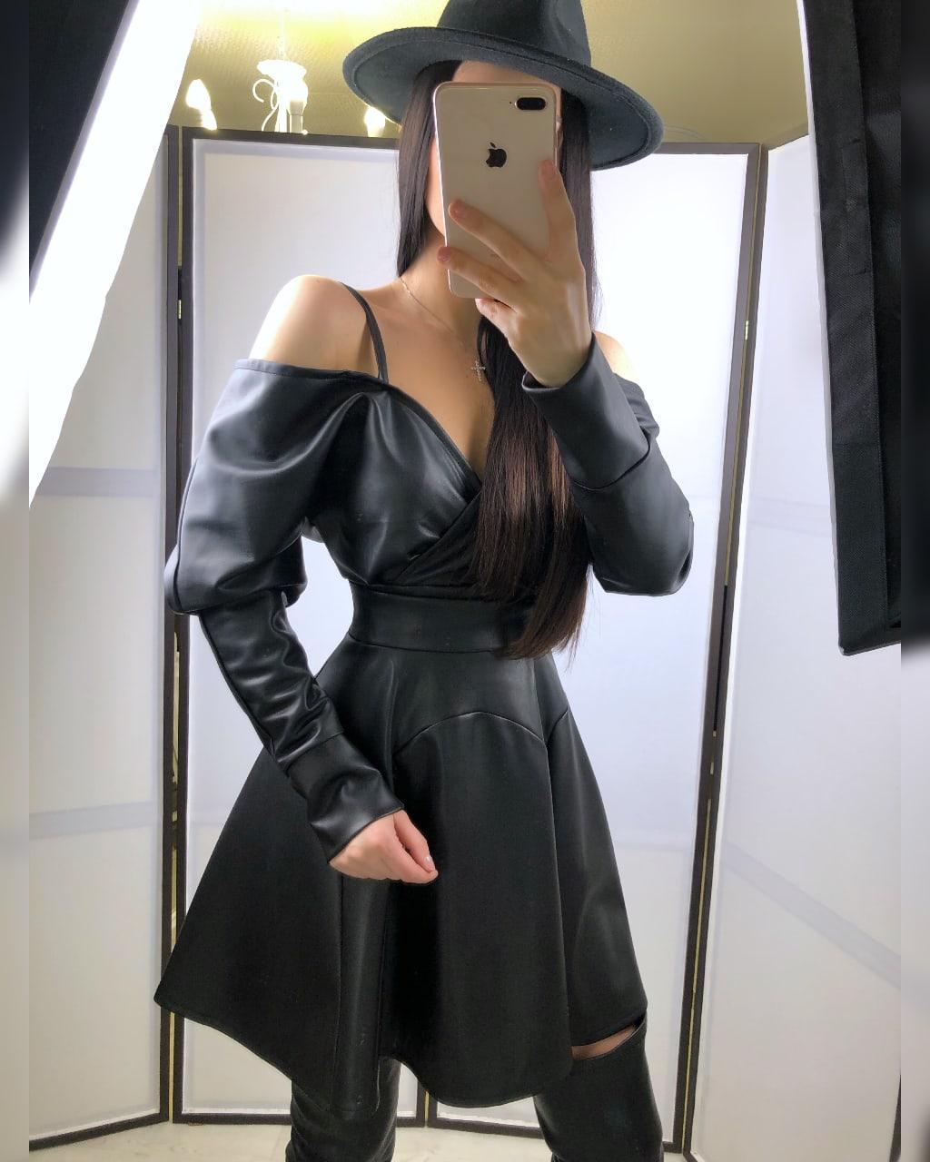Кожаный женский сарафан с расклешенной юбкой и открытыми плечами 20py978