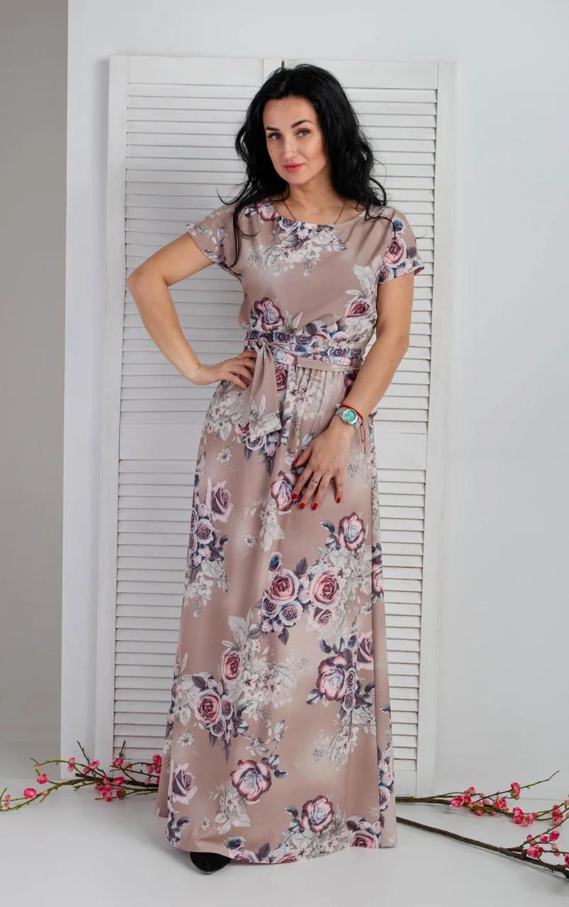 Стильное весенне-летнее платье в пол с красивым цветочным принтом бежевого цвета