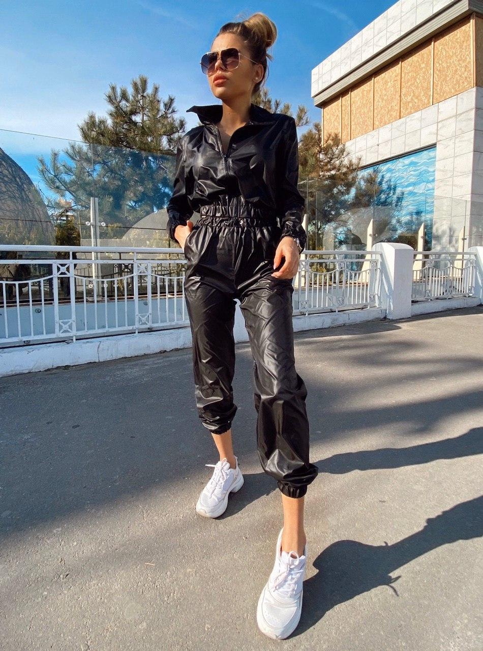 Женский плащевый брючный костюм с укороченной мастеркой на молнии 22st526