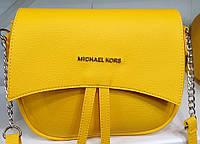 Женский молодежный желтый клатч Michael Kors с клапаном и с ремешком на цепочке 25*20 см