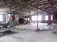 Цех с оборудованием по производству строительных материалов.