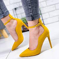 Женские горчичные замшевые туфли на шпильке с острым носом на ремешке