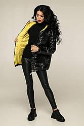 Демісезонна чорна куртка коротка жіноча лакова