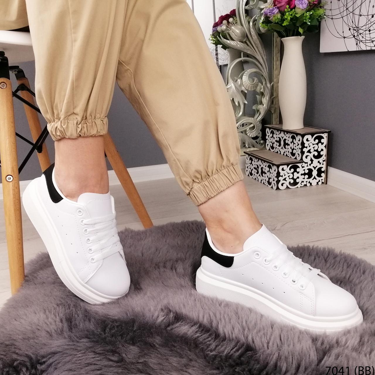 Білі кросівки з чорним задником