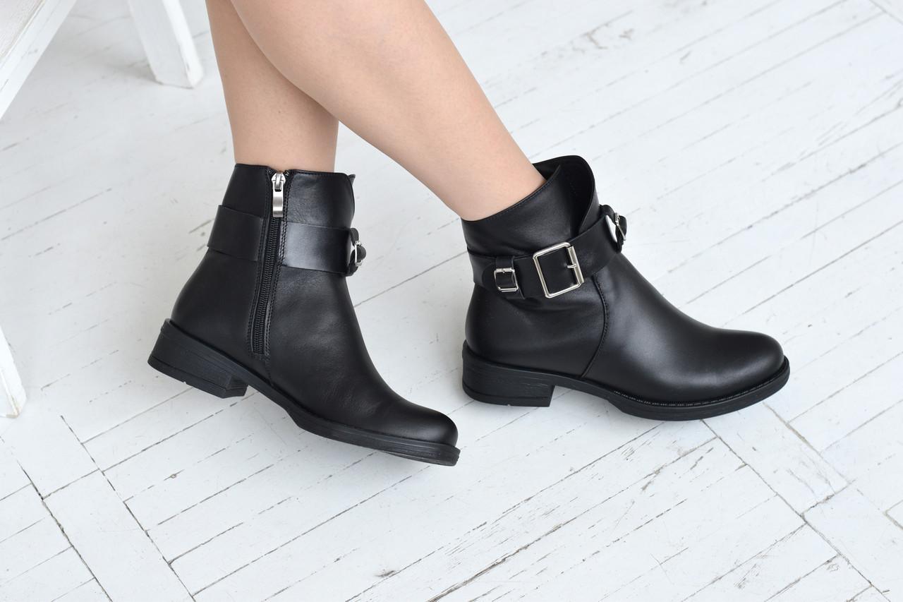 Черные ботинки с ремешком на лодыжке