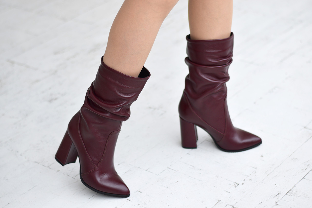 Элегантные марсаловые сапожки на каблуке