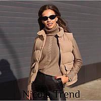 Женская стильная короткая жилетка на синтепоне с карманами
