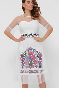 Нарядное женское платье в этно стиле с цветочным орнаментом