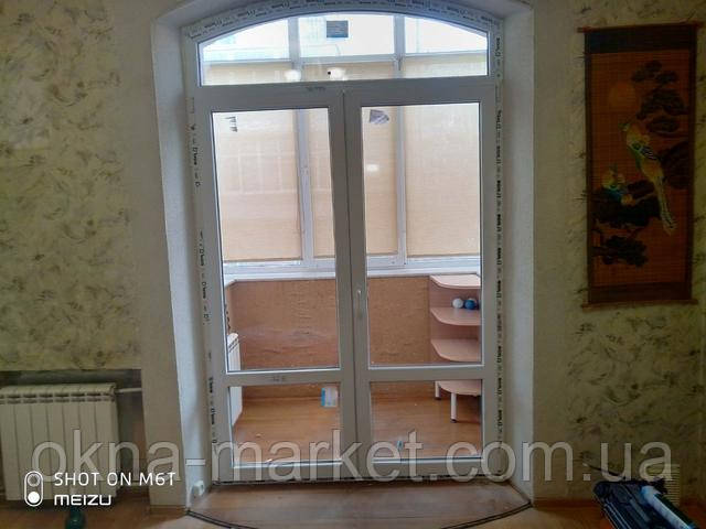 Арочные пластиковые балконные двери Вишневое