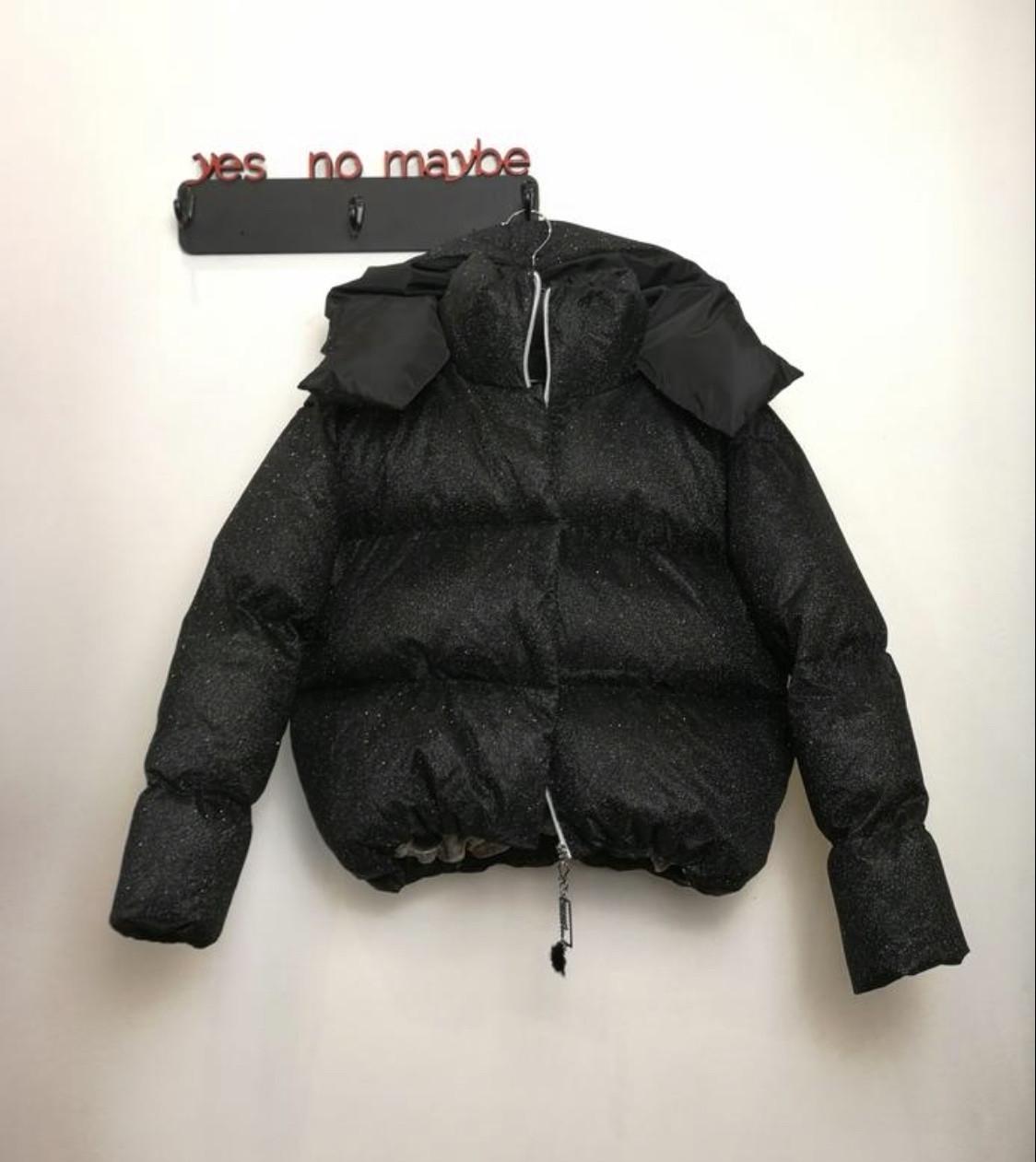 Блестящий короткий пуховик оверсайз куртка с капюшоном люрекс черный мерцающий