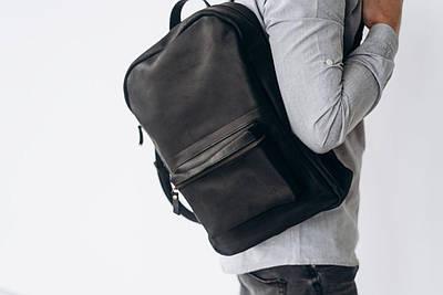 Класичний чорний чоловічий рюкзак з натуральної шкіри на блискавці з кишенями спереду