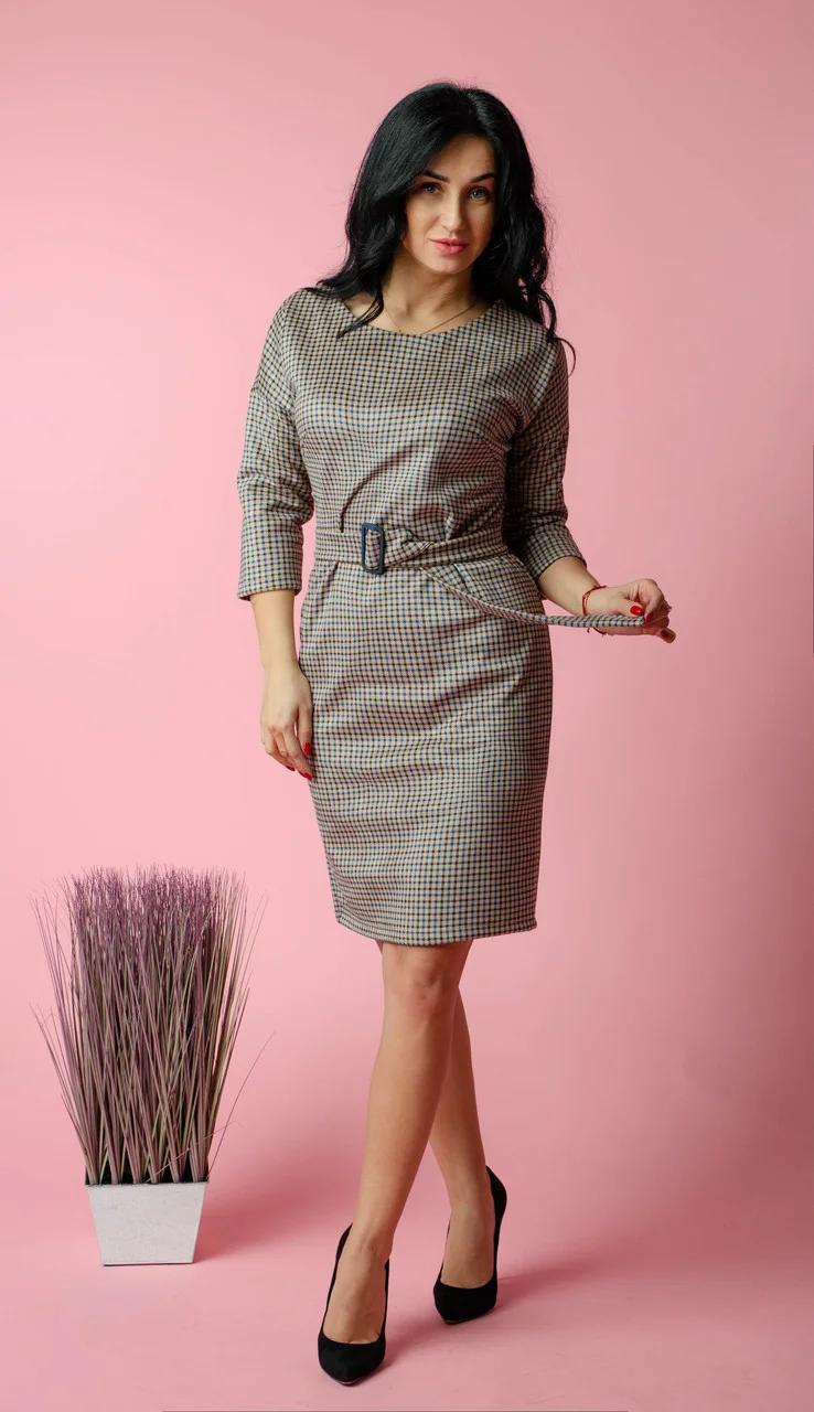 Стильное женское платье в клетку под съемный пояс с пряжкой в тон пуговиц