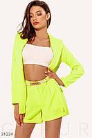 Яркий летний костюм с шортами высокой посадки