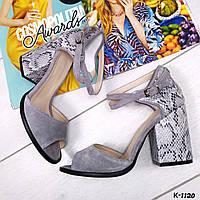 Серые замшевые босоножки на каблуке ПИТОН с открытым пальчиком на ремешке