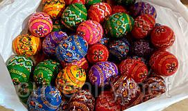 Красивые деревянные пасхальные яйца разные цвета