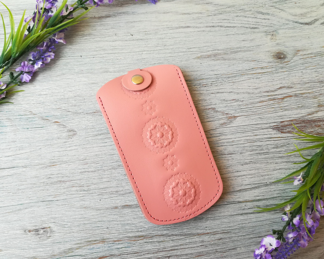 Кожаная ключница цвета пудры женская карманная для ключей с тиснением цветы Украина кожа