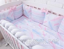Постель в кроватку из сатина с цифровой печатью «Перья с полоской» (бортики и сменная постель)