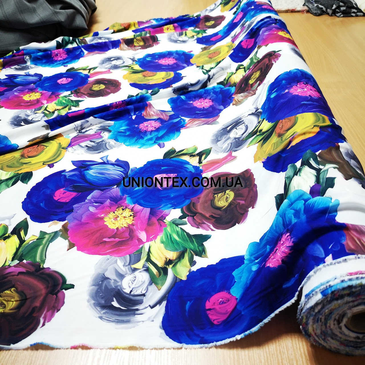 Ткань супер софт принт крупные цветы на белом