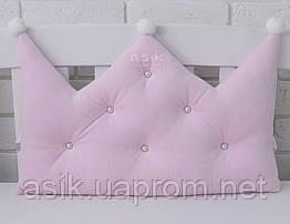 Бортик-корона в дитяче ліжечко блідо-рожевого кольору