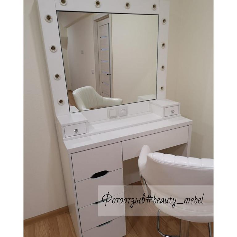Туалетный столик с открывающимся зеркалом и шкатулками.