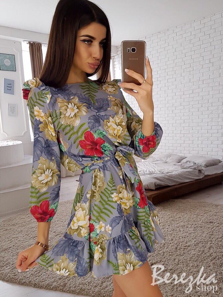 Легкое летнее женское платье мини с рюшами,рукава три четверти, принт: красные цветы на сером. (40-42-44-46)