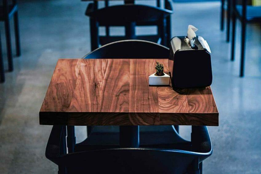 Квадратные столики для кафе баров ресторанов из массива дерева от производителя