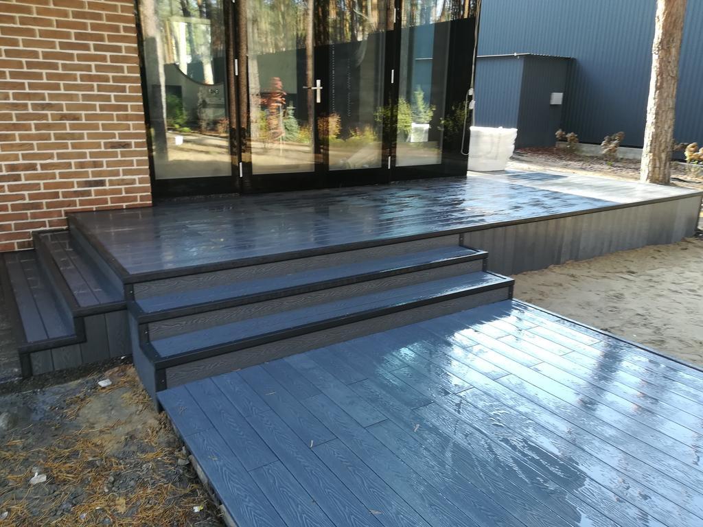 Терраса возле дома из ДПК Renwood 3D на металлическом каркасе в г. Буча