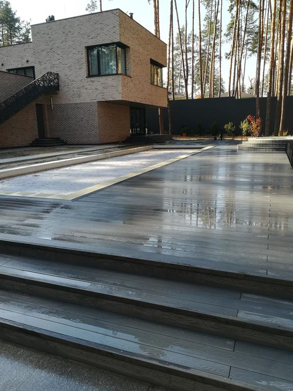 Терраса возле бассейна из ДПК Renwood 3D на композитных лагах в г. Буча