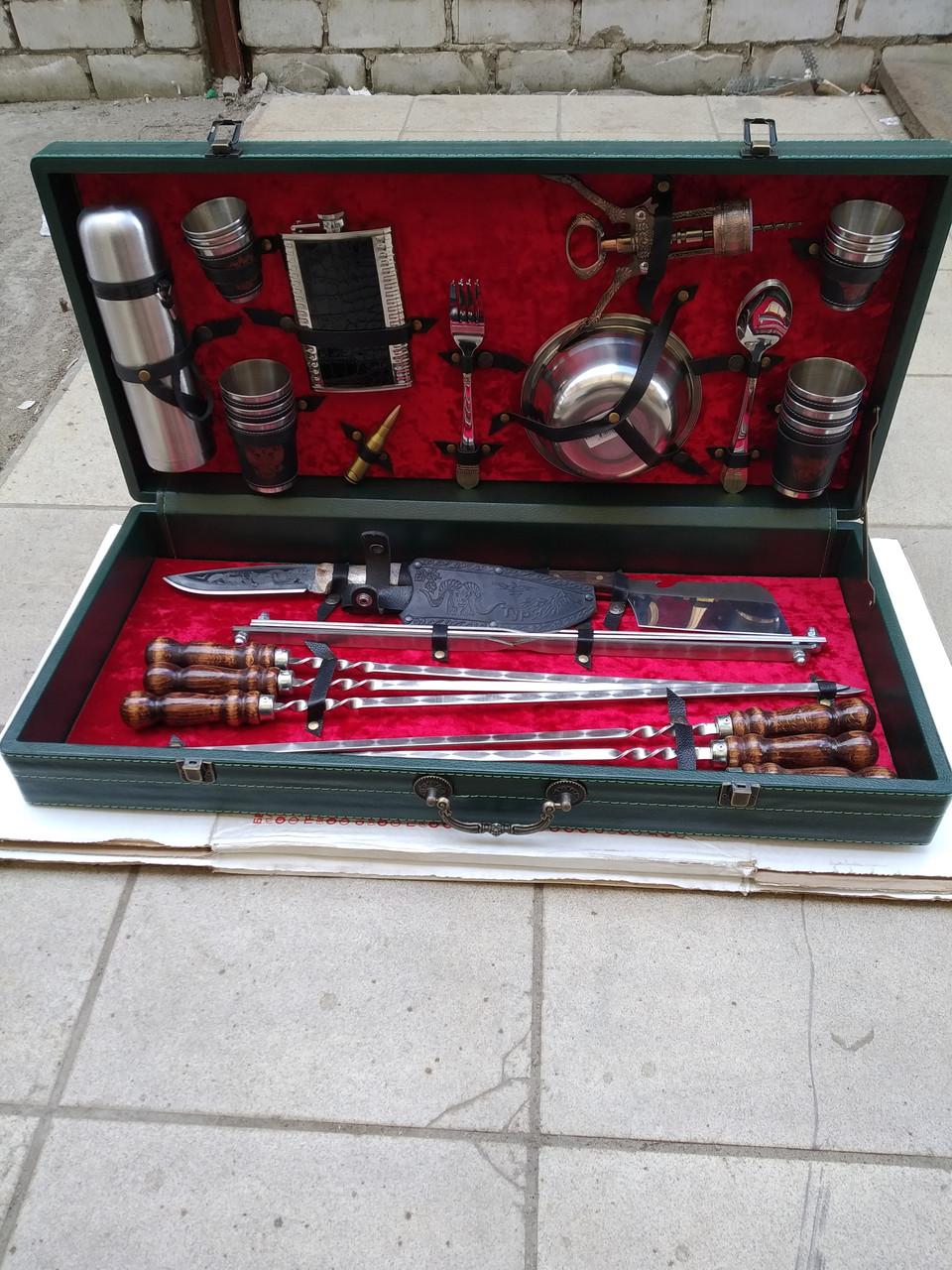 Набор шампуров и принадлежностей для пикника в чемодане.