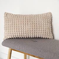 Декоративная плюшевая подушка цвета лате 50x30
