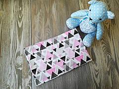 Наволочка розово-серые треугольнички на белом фоне с запахом, на детскую подушку 60 *40 см, 100% хлопок