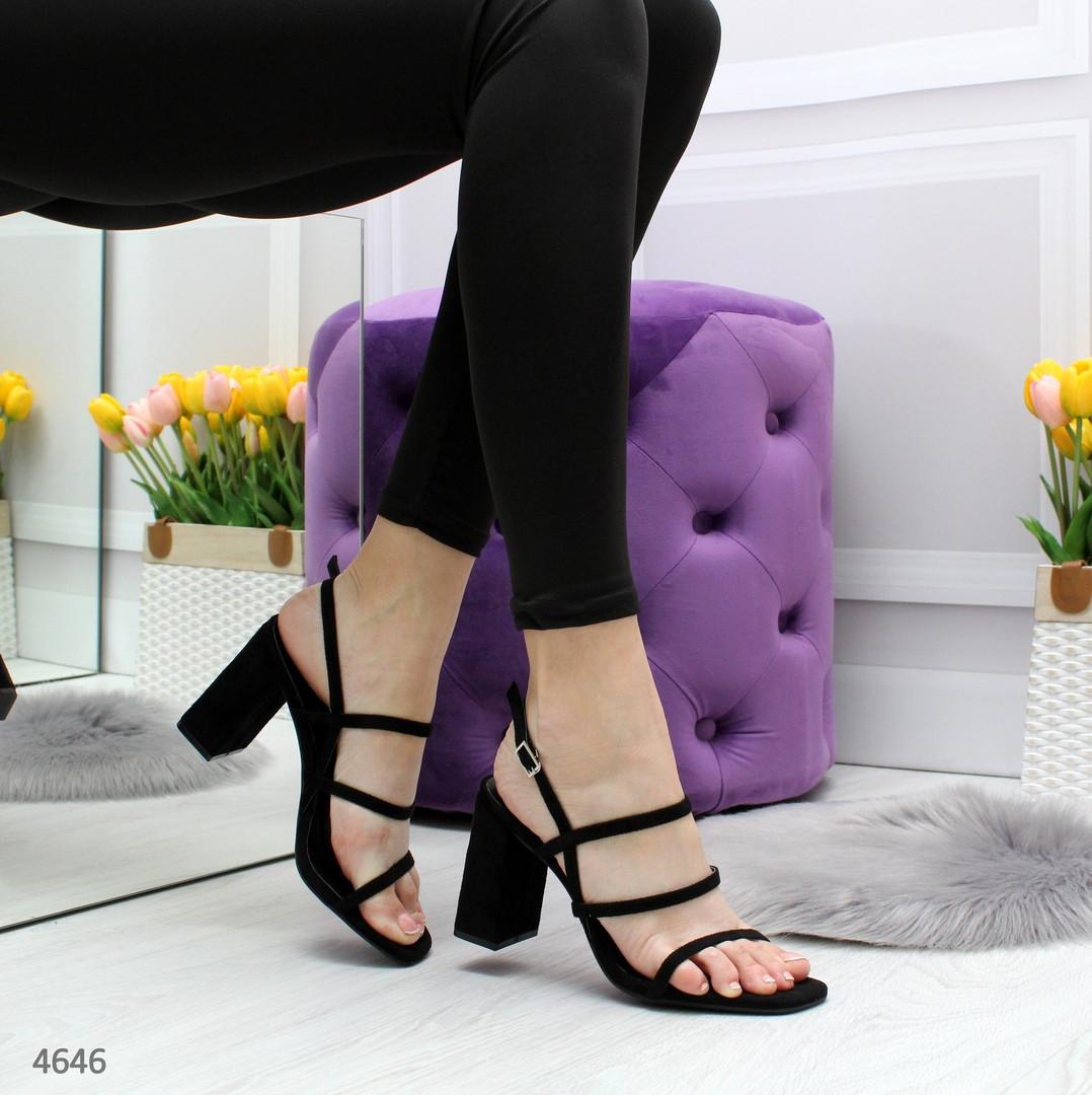 Женские лаковые босоножки открытые с ремешками на  квадратном каблуке черные