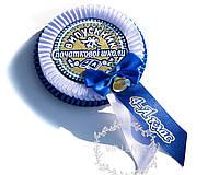 Сине-белая медаль начальной школы с номером класса