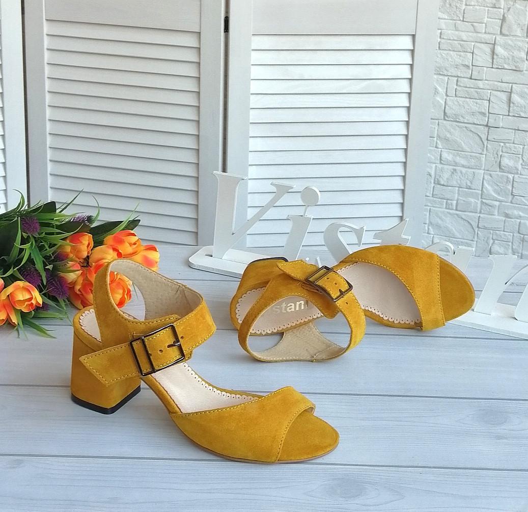 Жіночі босоніжки жовтого кольору