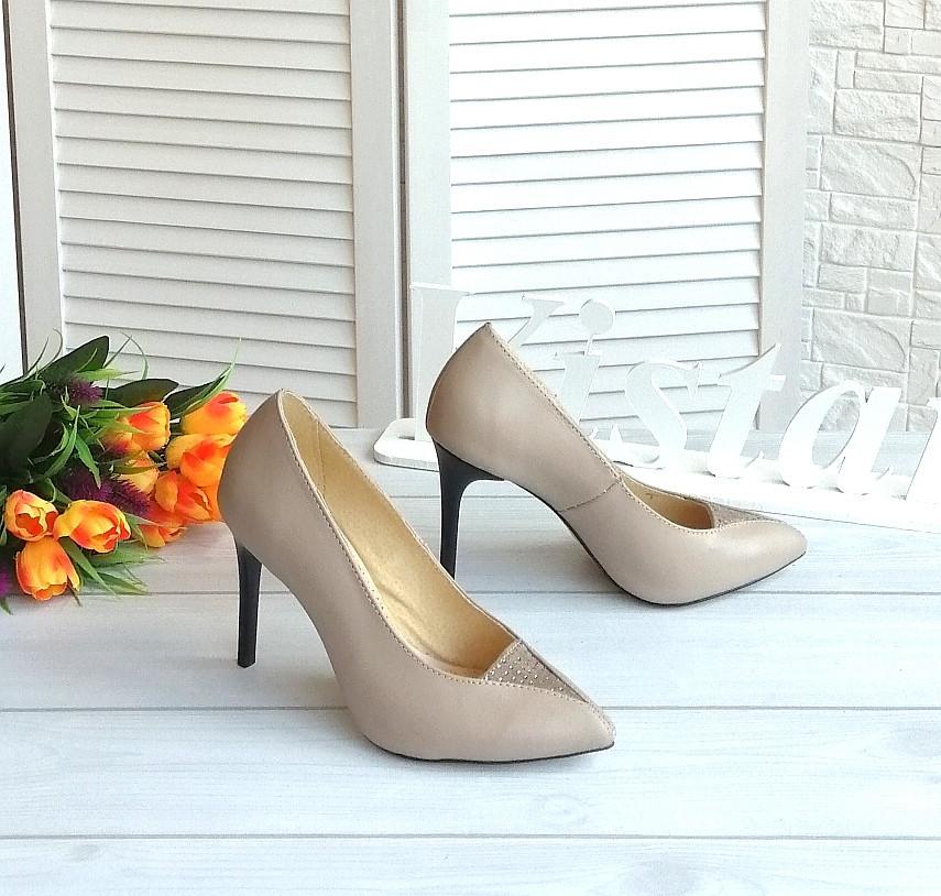 Бежеві шкіряні туфлі на шпильці