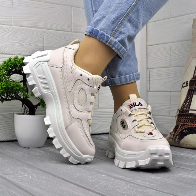 Светлые кроссовки на тракторной подошве